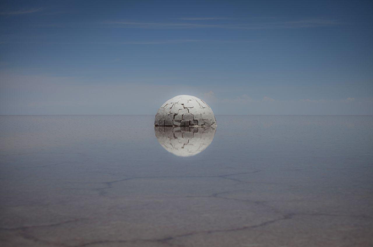 Elina j+3, 2015, photographie de la sculpture en sel et eau, 300 cm de diamètre, Bolivie, © Guillaume Barth