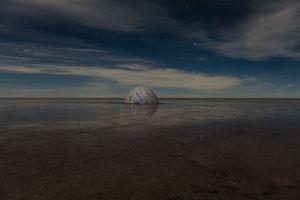 Elina nuit, 2015, photographie de la sculpture en sel et eau, 300 cm de diamètre, Bolivie, © Guillaume Barth